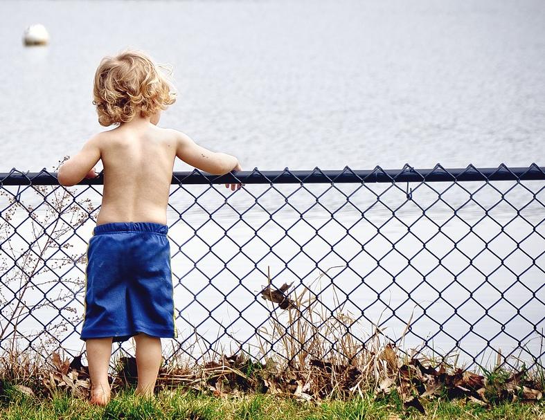 bambino e lago